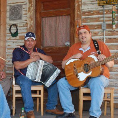 Los Texmaniacs: Borders y Bailes | Smithsonian Folkways Magazine