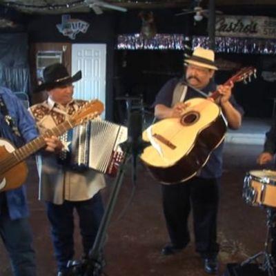 """Los Texmaniacs perform """"Por una mujer casada"""""""